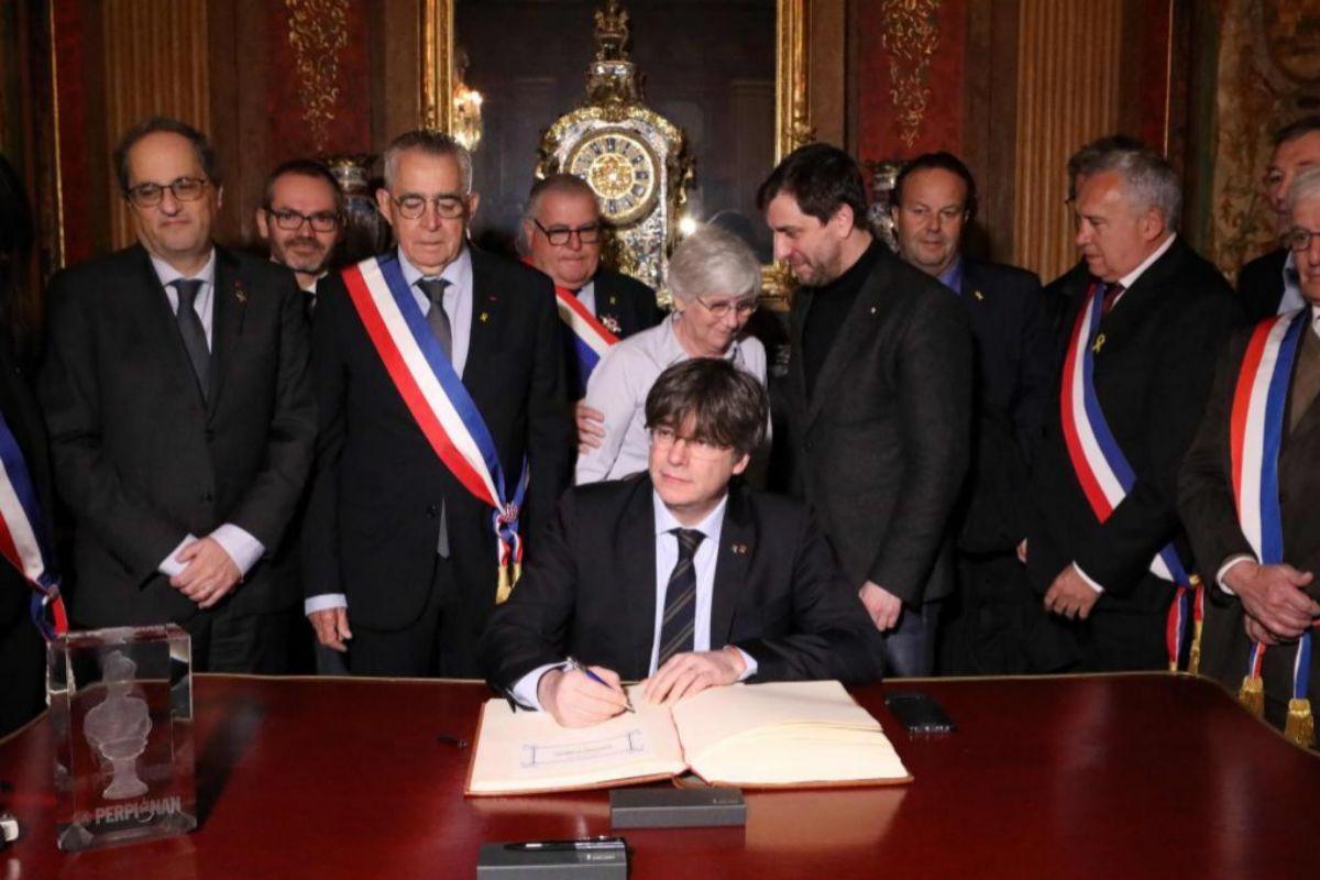 Puigdemont, reçu avec distinction par le maire sortant, Jean-Marc Pujol.