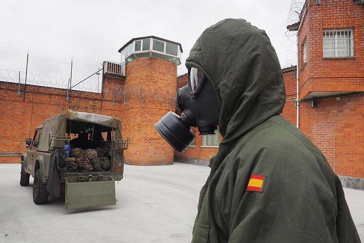 Un soldat participe à la désinfection