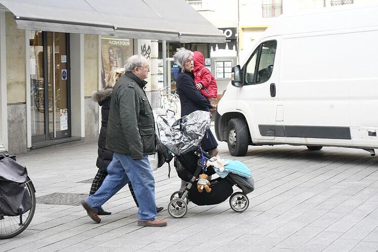 Deux mineurs pris en charge par leurs proches marchent pendant les phases de ...