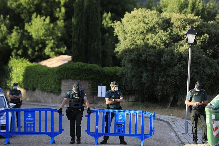 Agents de la garde civile, à l'entrée de la maison de ...