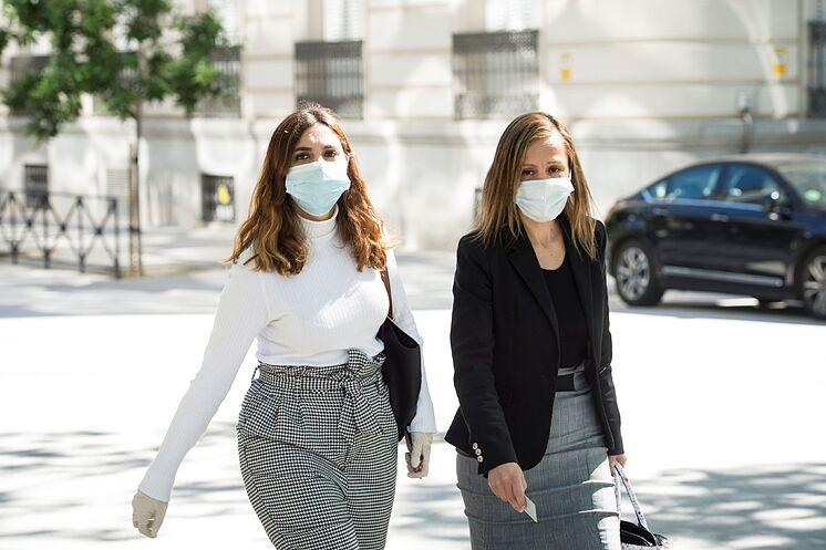 Dina Bousselham (à gauche) et son avocate, Marta Flor N