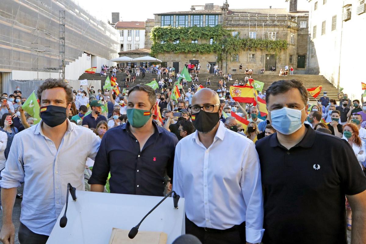 Le président du Vox, Santiago Abascal (deuxième à droite), lors d'un événement à Saint-Jacques-de-Compostelle.