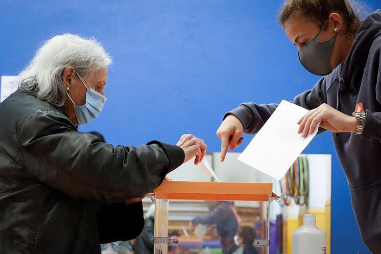 Un électeur a présenté l'enveloppe avec son bulletin de vote dimanche dernier à ...