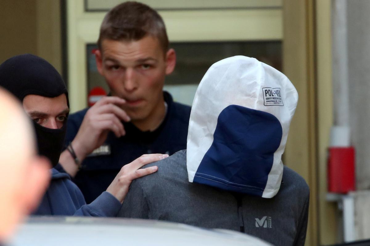 `` Josu Ternera '' (la tête couverte), lors d'un transfert au tribunal pour témoigner, en 2019.