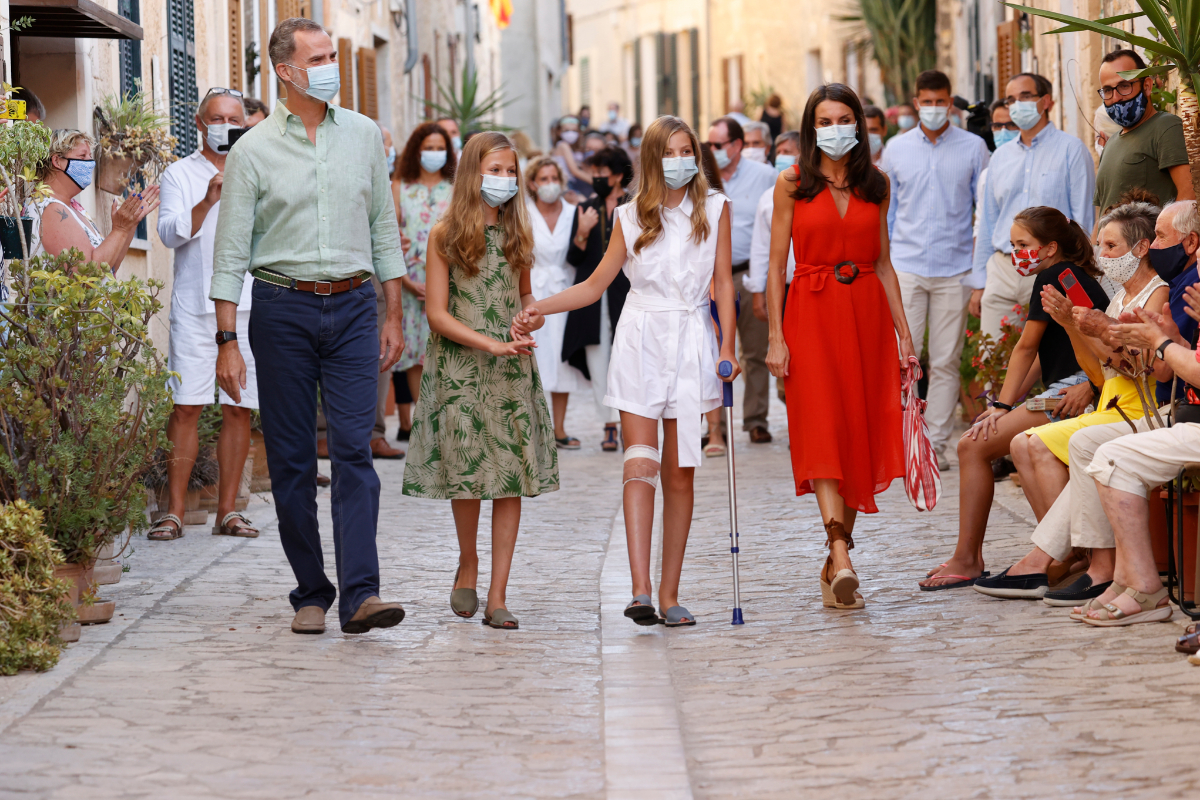 Les rois et leurs filles se promènent, ce lundi, dans les rues de Petra (Majorque).