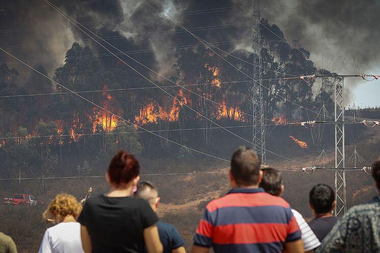 Les voisins de Valverde del Camino observent les travaux d'extinction