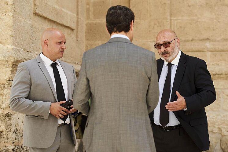 Le président du conseil d'administration, Juanma Moreno, avec le porte-parole de Vox, ...