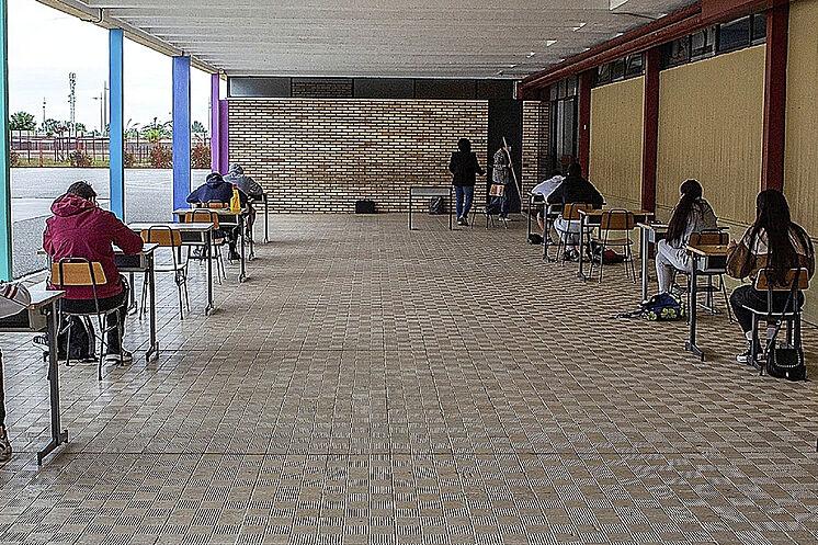 Un groupe d'étudiants examine les récupérations dans un centre de ...