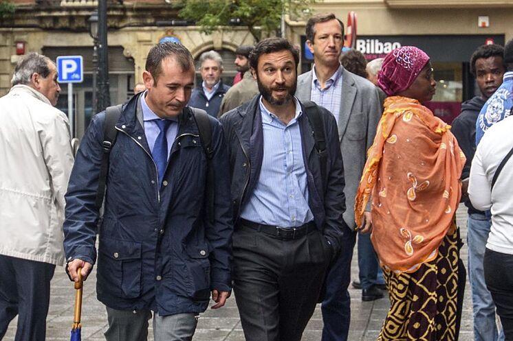 L'avocat Ruiz de Erenchun en costume-cravate accompagné