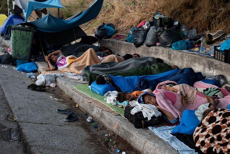 Les réfugiés du camp de Moria dorment sur l'asphalte à Lesbos.