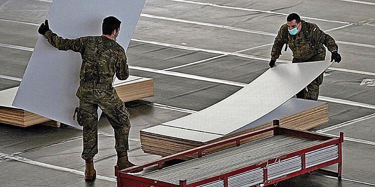 Plusieurs militaires travaillent sur la piste d'athlétisme en salle de ...