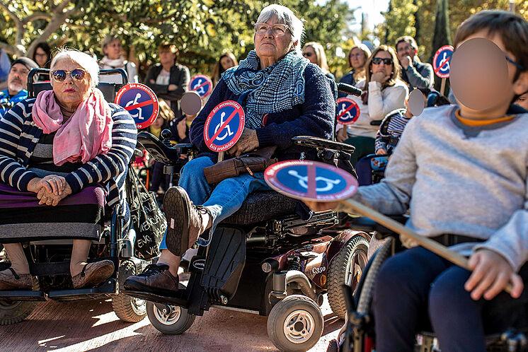 Les personnes handicapées organisent une manifestation