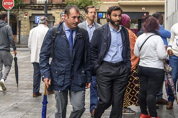 L'avocat Ruiz de Erenchun en costume-cravate avec le professeur ...