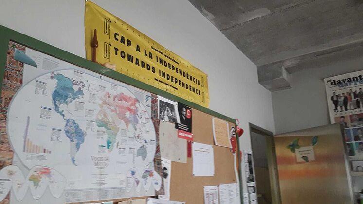 Affiche de l'indépendance accrochée dans le département de catal