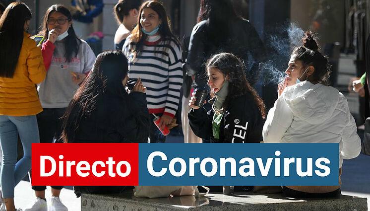 Un groupe de jeunes sans masques dans une rue de Barcelone.