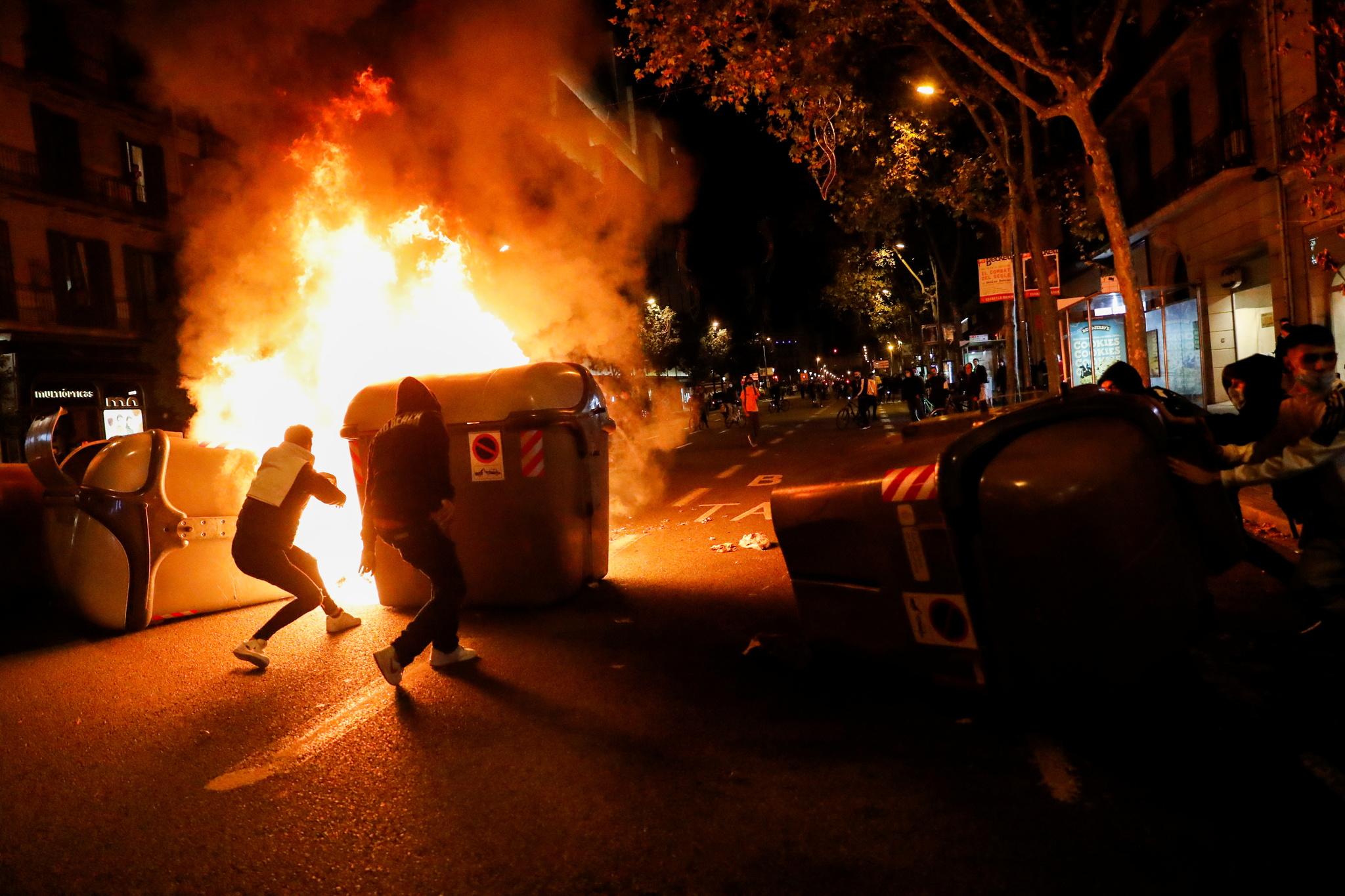 Certains manifestants ont brûlé et utilisé des conteneurs comme barricade.
