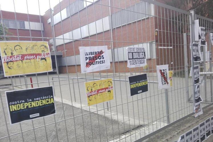 Graffitis d'indépendance dans une école en Catalogne