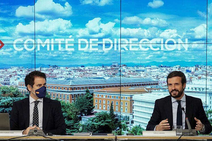 Le président du PP, Pablo Casado (à droite), et le secrétaire général ...