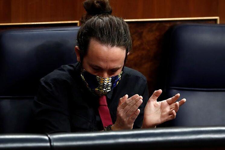 Pablo Iglesias applaudit à la session